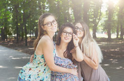3 девушки красивых молодых boho шикарных стильных идя в парк Стоковое фото RF