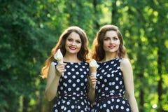 2 девушки красивых сестер двойных Стоковое Изображение