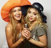 2 девушки красоты с микрофоном Стоковое Фото