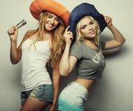 2 девушки красоты с микрофоном Стоковые Изображения RF