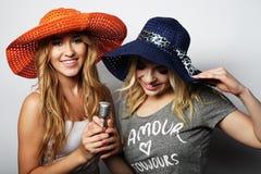 2 девушки красоты с микрофоном Стоковая Фотография