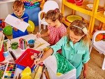 2 девушки крася в детском саде Стоковые Изображения RF