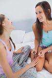 2 девушки крася ногти одина другого Стоковая Фотография RF