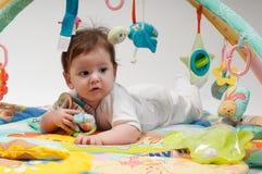 девушки мальчика предпосылки одна белизна игрушек 2 игры сидя Стоковые Изображения RF