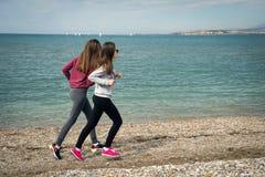 2 девушки морем Стоковая Фотография