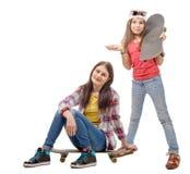 2 девушки моды милых при скейтборд, изолированный на белизне Стоковые Фото