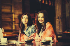 2 девушки наблюдая что-то в компьтер-книжке Стоковое фото RF