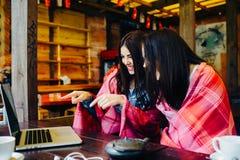 2 девушки наблюдая что-то в компьтер-книжке Стоковое Изображение RF