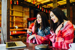 2 девушки наблюдая что-то в компьтер-книжке Стоковые Фото