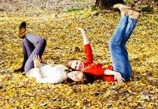 2 девушки наслаждаясь на день осени Стоковая Фотография RF