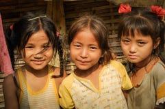 3 девушки на лагере беженцев непальца в Непале Стоковое Изображение RF