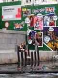 2 девушки на банке с граффити в Копенгагене Стоковые Изображения RF