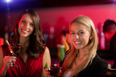 2 девушки на баре с питьем коктеиля Стоковое Фото