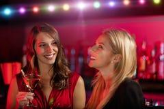 2 девушки на баре с питьем коктеиля Стоковое Изображение RF