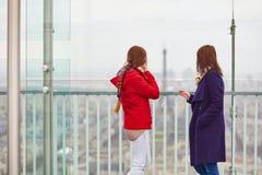 2 девушки на башне Montparnasse Стоковые Фотографии RF