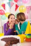 2 девушки на вечеринке по случаю дня рождения Стоковое фото RF