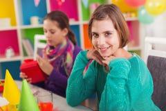 2 девушки на вечеринке по случаю дня рождения Стоковые Фотографии RF