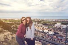 2 девушки над городом Стоковая Фотография