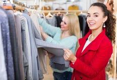 2 девушки на магазине одежды Стоковое Изображение RF