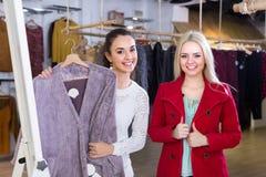 2 девушки на магазине одежды Стоковые Фото