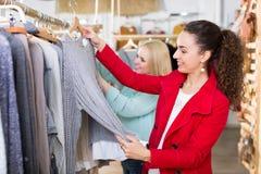 2 девушки на магазине одежды Стоковые Изображения RF