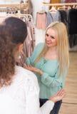 2 девушки на магазине одежды Стоковая Фотография RF