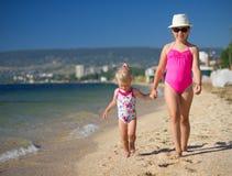 2 девушки на морском побережье Стоковые Фотографии RF