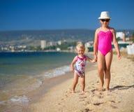 2 девушки на морском побережье Стоковое Фото