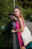 2 девушки на мосте Стоковое Фото