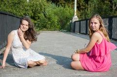 2 девушки на мосте Стоковые Фото