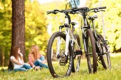 2 девушки на пикнике с велосипедами Стоковые Фото