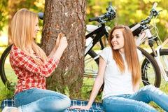 2 девушки на пикнике с велосипедами Стоковое Изображение RF