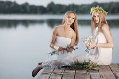 2 девушки на побережье на пристани Стоковое фото RF