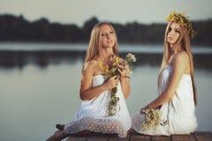 2 девушки на побережье на пристани Стоковые Фотографии RF