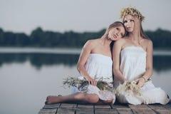 2 девушки на побережье на пристани Стоковое Фото