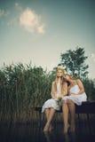 2 девушки на побережье на пристани Стоковая Фотография