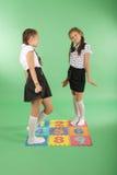 2 девушки на половике с номерами Стоковые Изображения