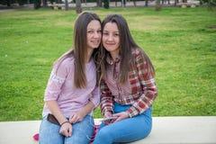 2 девушки на прогулке в парке Стоковые Фотографии RF