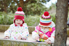 2 девушки на прогулке Стоковое Изображение RF
