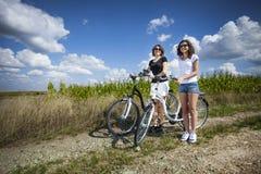 2 девушки на путешествии велосипеда Стоковые Фотографии RF
