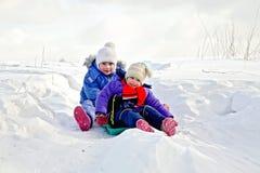 2 девушки на скелетоне в зиме Стоковое фото RF