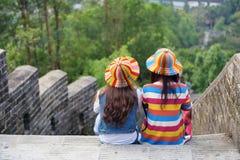 2 девушки на стене города Стоковые Изображения RF