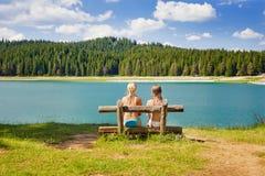 2 девушки на стенде около озера Стоковое Фото