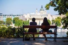 2 девушки на стенде смотря на мосте Szechenyi цепном Стоковая Фотография
