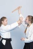 2 девушки на тренировке айкидо с ножом практикуют Стоковые Фото