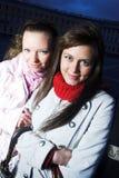 2 девушки на улице на заходе солнца Стоковая Фотография RF