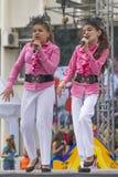 2 девушки на этапе поя песню Стоковое Изображение RF