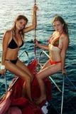 2 девушки на яхте Стоковые Фото