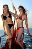2 девушки на яхте Стоковые Фотографии RF