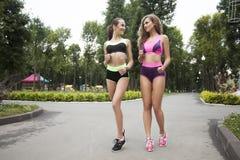 2 девушки на jog вечера Стоковое Изображение
